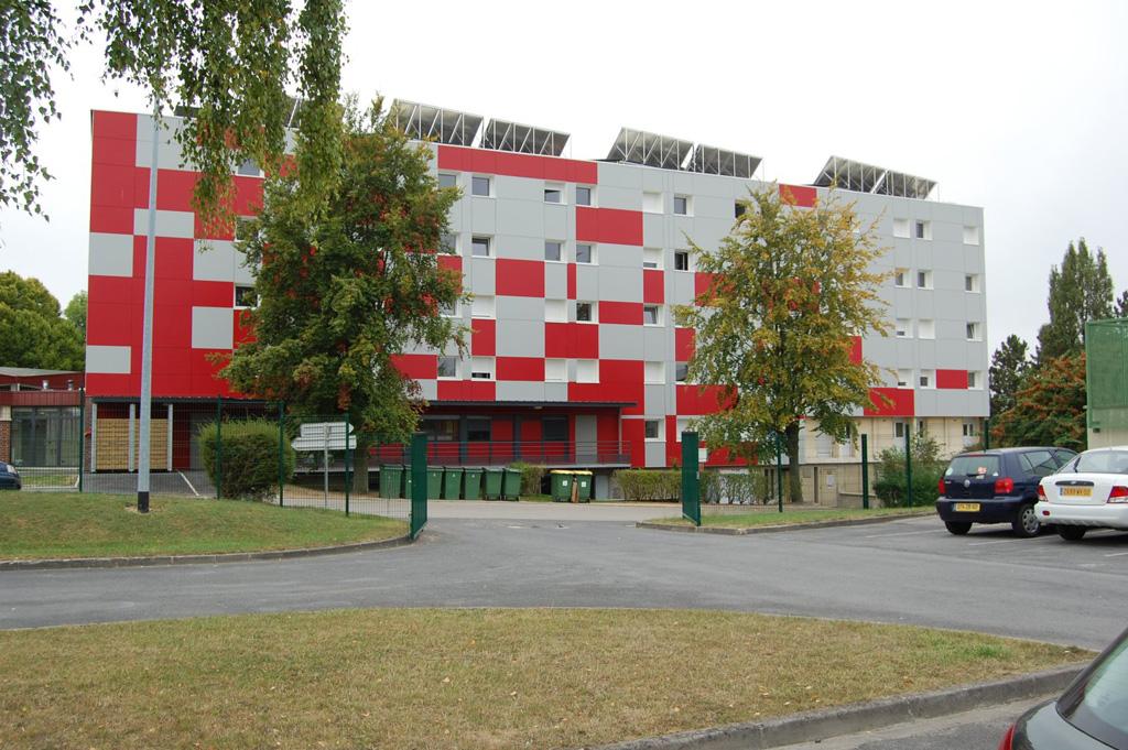 Vue parking bâtiment C de la Résidence Universitaire du Bailly